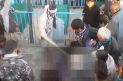 فيديو مؤلم   فتاه أفغانية مختلة عقليا يتم تعذيبها ركلا بالاقدام ثم حرقها وسط تجمهر كبير بعد إتهامها بإهانة المصحف