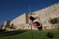 صور | إسرائيليات يرقصن علي عامود أمام أسوار القدس