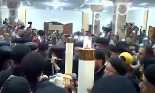 3 أساقفة بينهم الأنبا رافائيل يترأسون جنازة القمص سمعان شحاتة