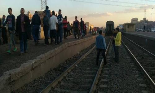 شهود عيان: 15 شابا يعتدون على ركاب قطار