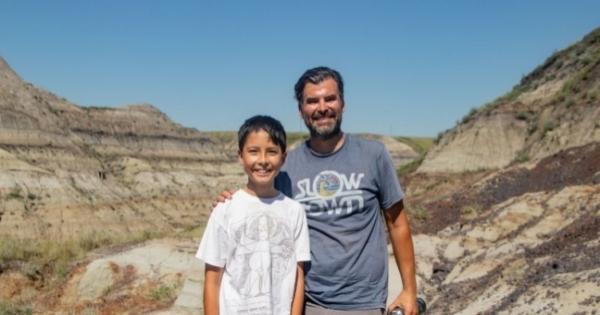 طفل يعثر على هيكل ديناصور يعود تاريخه إلى 69 مليون سنة