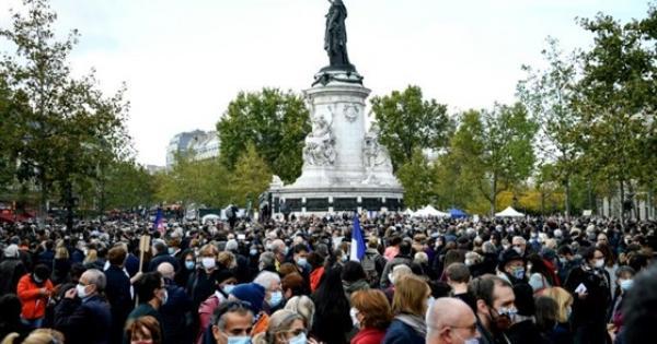 """بالصور   الآلاف في مسيرات غاضبة في فرنسا تنديدا بمقتل المعلم الفرنسى تحت شعار """"أنا صموئيل"""""""