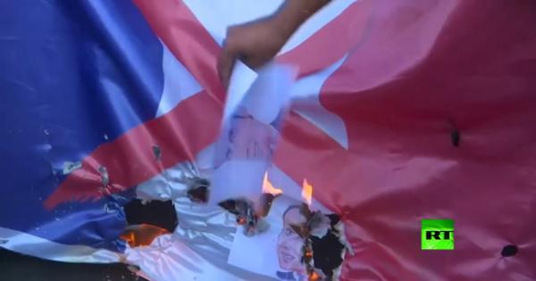 فيديو.. محتجون عراقيون يحرقون صور ماكرون والعلم الفرنسي