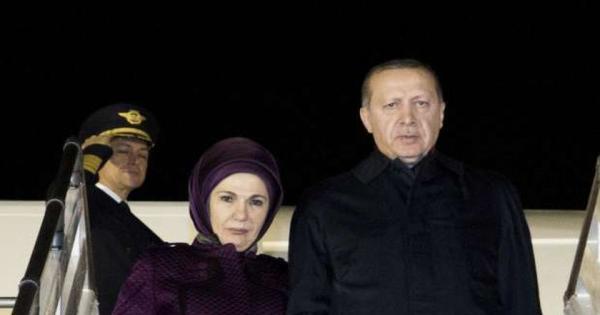 حقيبة زوجة أردوغان تغضب الأتراك وتتسبب في محاكمة صحفي - صور
