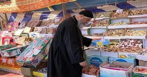 وكيل مطرانية الكاثوليك بالغردقة يقوم بتوزيع حلوى المولد النبوي