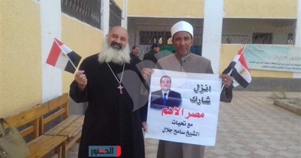 """شيخ وقس يرفعان لافتة """"انزل شارك.. مصر الأهم"""" فى المنيا - صور"""