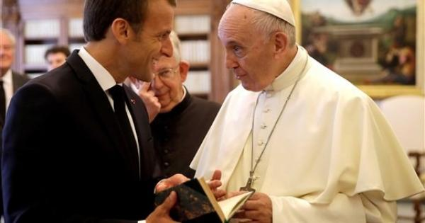 الرئيس الفرنسي للبابا فرنسيس: سنواصل محاربة التطرف بلا هوادة