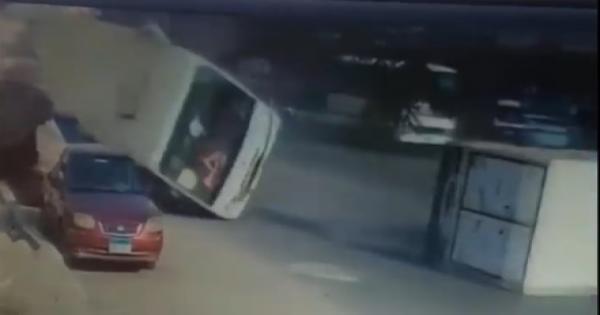 فيديو لحظة انقلاب أتوبيس مدارس في شارع مصطفى النحاس وتهشم سيارتين