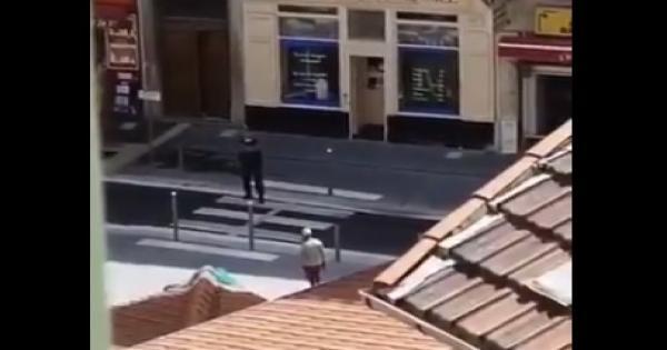 شرطي هاجمه من الخلف.. لحظة القبض على منفذ هجوم الطعن في نيس.. فيديو