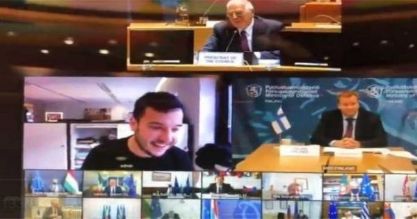 صحفي هولندي يقتحم اجتماعا سريا لوزراء دفاع الاتحاد الأوروبي (فيديو)