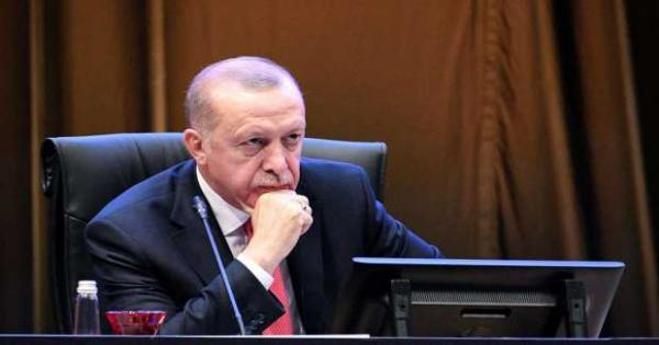 أردوغان يعترف بانهياره ويطالب الأتراك بإخراج مدخراتهم من تحت الوسائد