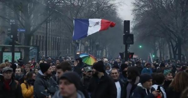 شاهد.. آلاف المتظاهرين يحتشدون في باريس بسبب قانون الأمن الشامل المثير للجدل