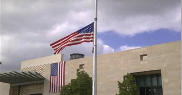 السفارة الأمريكية بالأردن توقف خدماتها وتصدر تحذيرا شديد اللهجة لموظفيها