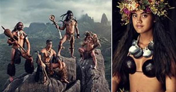بملابس بدائية.. شاهد العثور على قبيلة كاملة من البشر منعزلين عن العالم .. صور