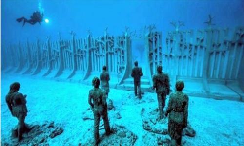بالفيديو والصور | جدار غامض تحت الماء يحيط بكوكب الأرض بالكامل!!.. وباحثون : يوجد معه اهرامات وأشياء غريبة