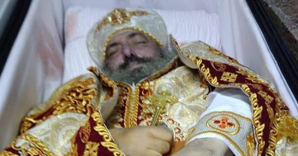 اقباط ابنوب باسيوط يودعون القمص ابرام بعد وفاته بكورونا