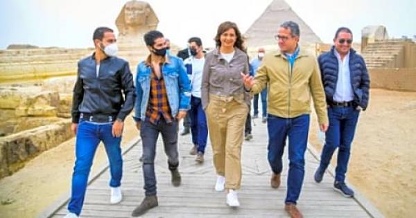 بالصور  النجم العالمى مينا مسعود يزور الأهرامات وأبو الهول بصحبة وزيرى الهجرة والسياحة