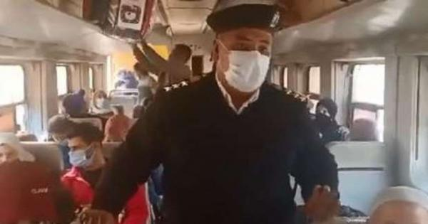 فيديو.. عميد شرطة ينبه المواطنين في قطار الإسماعيلية بأهمية الكمامات