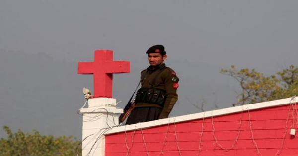 باكستان: الشرطة تُسقط التهم الموجهة لرجل مسلم خطف فتاة مسيحية في حظيرة ماشية وربطها بالأغلال