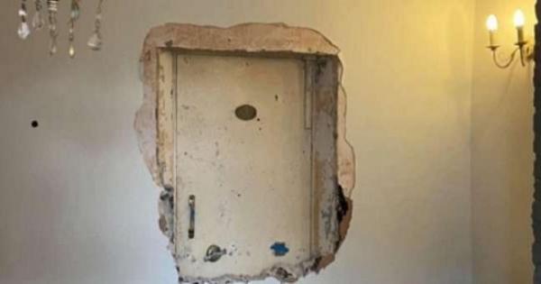 بعد شرائه بعامين.. رجل يكتشف بابا سريا في منزله: وجد به مفاجأة