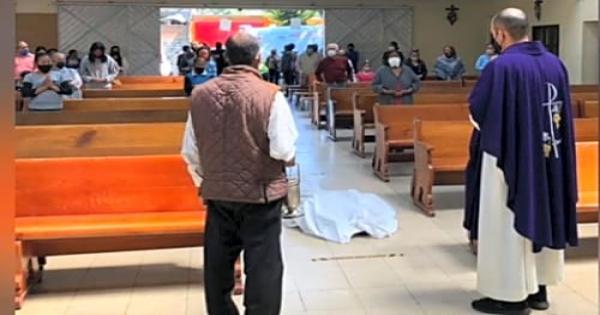 ذهب لقداس جنازته ماشيا علي قدميه..وفاة مكسيكي بمجرد سجوده أمام الهيكل..صور