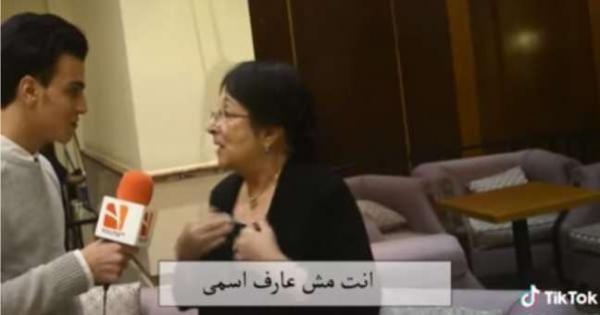 «قالها يا حاجة».. غضب بين مستخدمي «فيسبوك» بسبب مذيع حاور سميرة عبدالعزيز