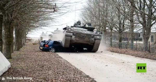 """بالفيديو.. مدرعات """"تهرس"""" سيارات أثناء تدريبات بريطانية"""