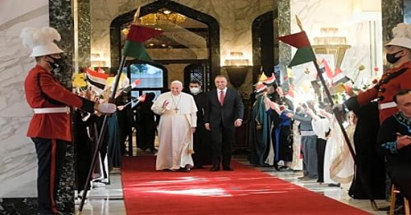 لحظة وصول البابا فرنسيس الي قصر بغداد.. صور