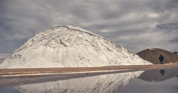 أشبه بالثلج.. حقيقة الجبال البيضاء فى بورفؤاد