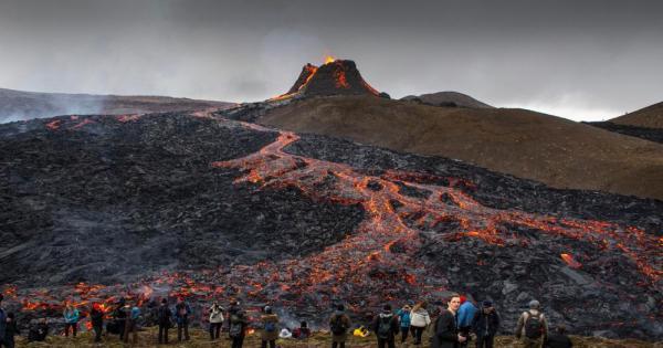 شاهد: حشود من الزوار يقودها الفضول لمشاهدة ثوران بركان في أيسلندا
