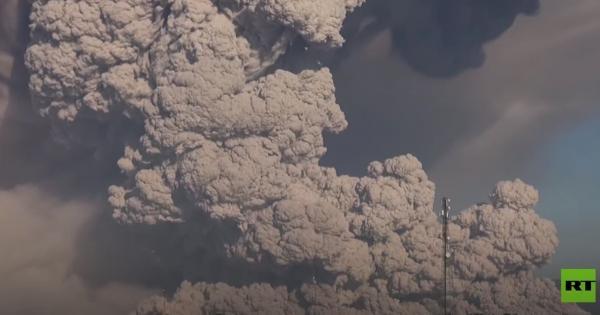 فيديو مثير لثوران بركان سينابونج في إندونيسيا