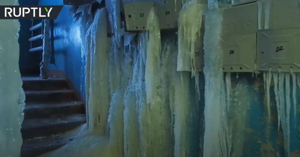 شاهد.. مبنى سكني يتحول إلى كهف جليدي في مدينة روسية
