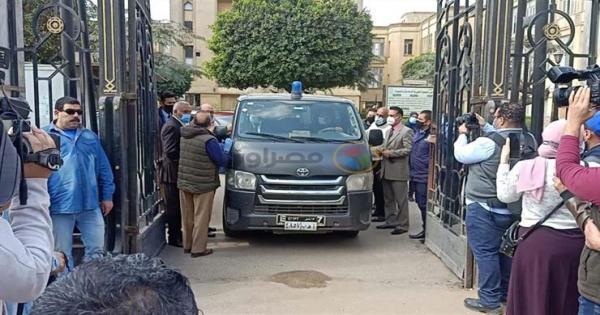 صور من جنازة يوسف شعبان بحضور ابنته وباقة ورد فلسطينية