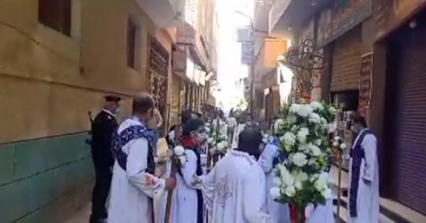 وصول جثمان الأنبا أثناسيوس إلى مقر المطرانية - فيديو