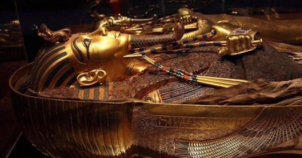 يوم الفرعون الذهبى.. أسرار نقل قناع توت عنخ آمون فى موكب مهيب من التحرير