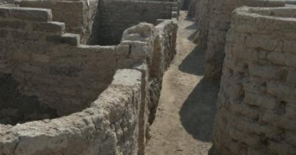 زاهى حواس يعلن اكتشاف مدينة ذهبية مفقودة بالأقصر تعود لعهد أمنحتب الثالث .. صور