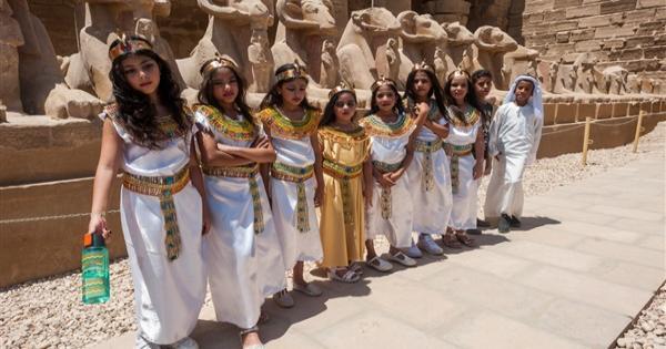 بالزي الملكي.. طلاب المدارس في زيارة إلى الفسطاط ومعابد الكرنك والأقصر