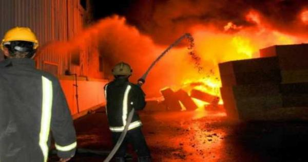 إخماد حريق بأحد المحلات التجاربة فى العاشر من رمضان