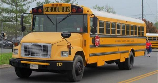 شاب يسطو على حافلة مدرسية بأطفالها والشرطة الأمريكية تتدخل