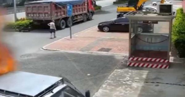 احترقت سيارته فلم ينتظر المطافئ وذهب بها إليهم (فيديو)