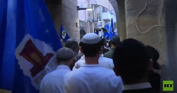 مصلون يهود يطوفون حول جبل الزيتون في القدس - فيديو