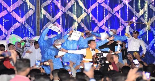 المعازيم يرتدون أطقم العزل الصحى في حفل زفاف بقنا والعريس يكشف السبب - صور