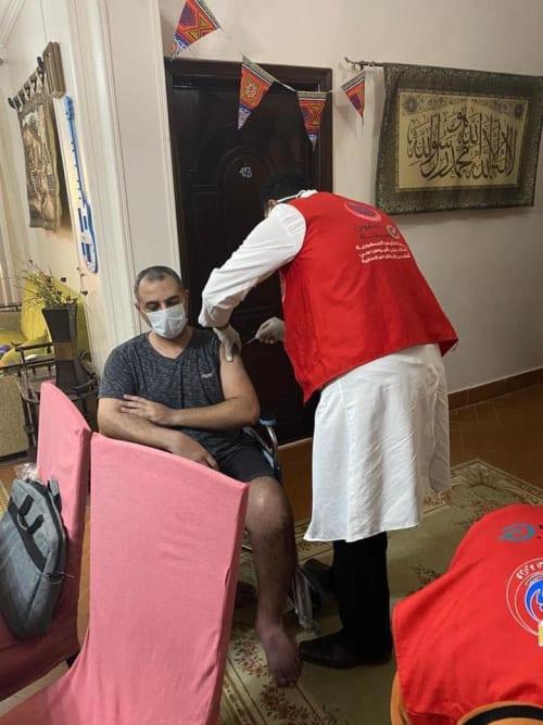 الصحة تبدأ تطعيم غير القادرين فى المنازل.. صور